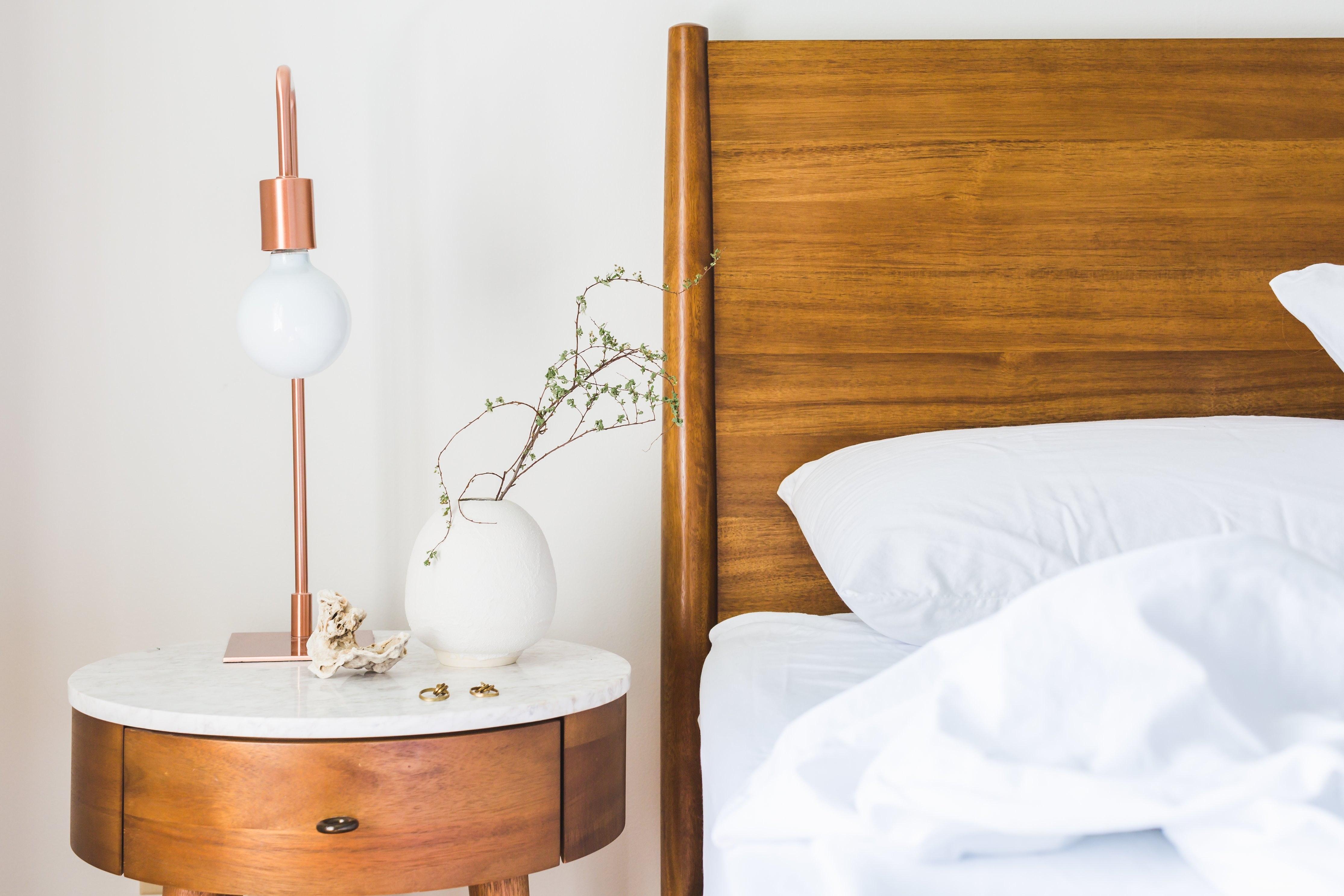 Biała sypialnia – jak dobrać podłogę