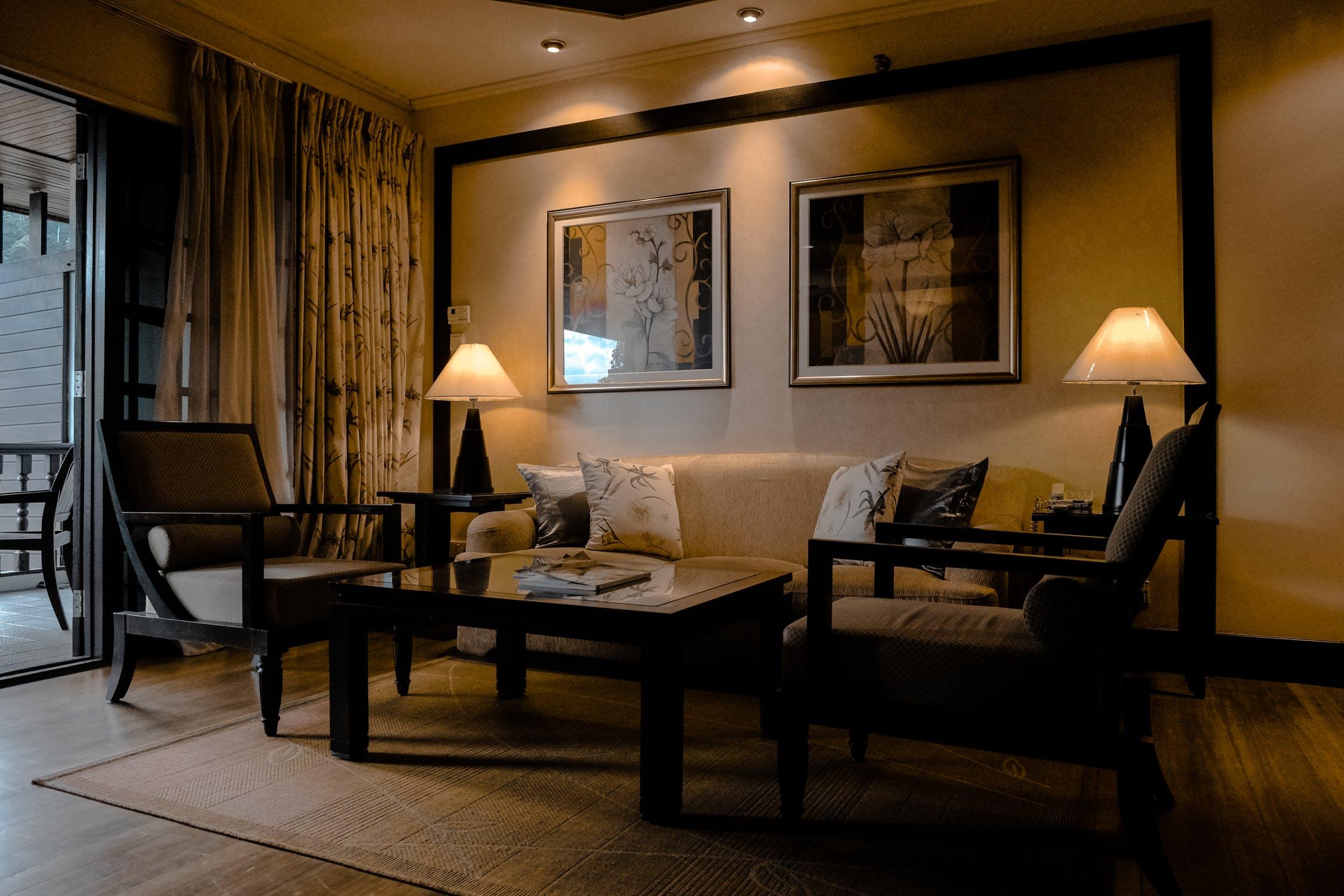 Jakie meble i drzwi wybrać do ciemnej podłogi w salonie.